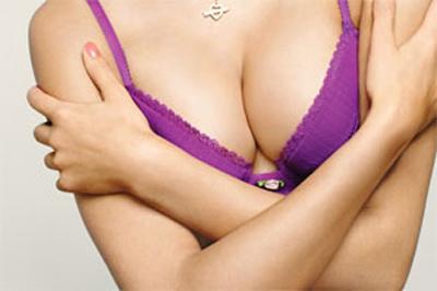 Relâchement cutané de la poitrine : les remèdes naturels existent !